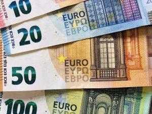 Bancnote 10, 20, 50 si 100 Euro.