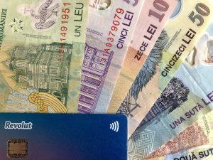 Cardul Revolut insotit de bancnote romanesti